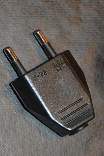 Weiße oder schwarze Steckdose - Männlicher elektrischer Stecker